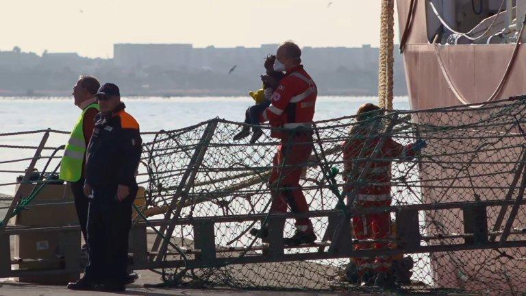 """""""أوشن فايكنغ"""" تنزل المهاجرين في ميناء تارانتو جنوب إيطاليا. الصورة: رويترز"""