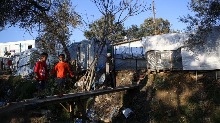 Les rixes sont fréquentes dans le camp de Moria. 19.000 migrants y dans des conditions épouvantables alors que  la capacité initiale du camp était de 2.800 personnes. Crédit : REUTERS/Elias Marcou