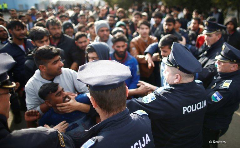 مهاجرون في صدام  مع الشرطة يحاولون قطع طريق أمام مخيم ميرال للاجئين في فيليكا كلادوسا ، البوسنة والهرسك