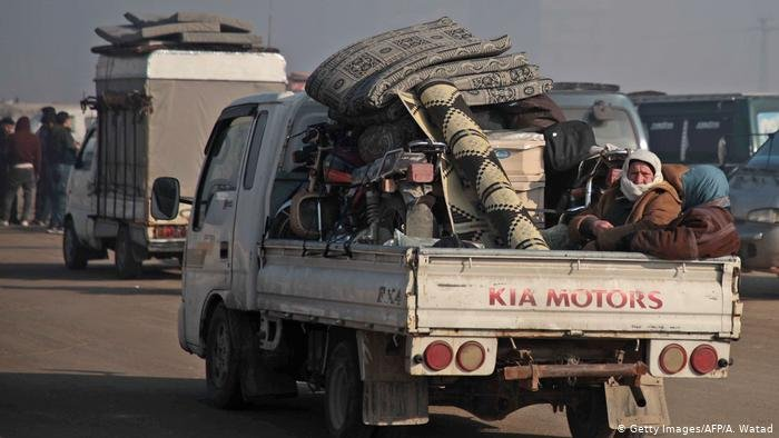 Getty Images/AFP/A. Watad  موجة نزوح من محافظة إدلب بسبب الغارات السورية والروسية.