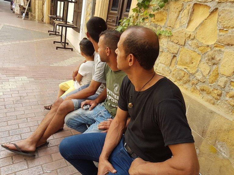 Mohammed (droite), Hossam (centre) et Ahmed sont trois Libanais demandeurs d'asile à Chypre. Crédit : Charif Bibi / InfoMigrants