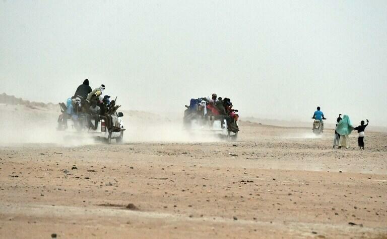 Des pick-up chargés de migrants quittent le nord du Niger pour rejoindre la Libye. Crédit : AFP