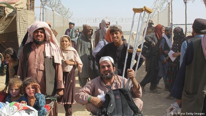 زرګونه افغانان د سپین بولدک پر پوله پاکستان ته د تلو انتظار باسي. انځور: آرشیف، اګست ۲۰۲۱