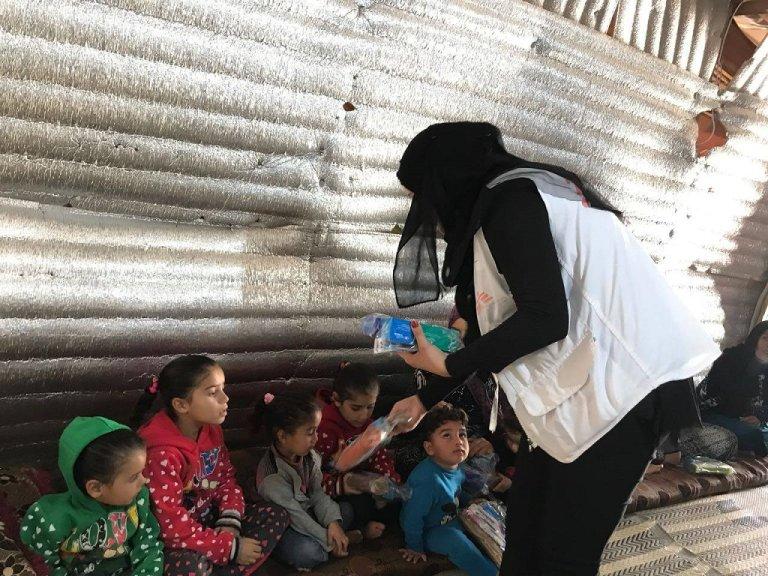 خلال إحدى الزيارات لأحد المخيمات في منطقة البقاع الحدودية. المصدر: أطباء بلا حدود