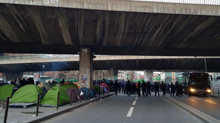 Des centaines de migrants vivent dans le nord de Paris, entre la porte de la Chapelle et la porte d'Aubervilliers, dans des conditions indignes. Crédit : InfoMigrants