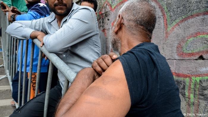 Un réfugié en Bosnie montre les blessures sur son bras. Crédit: DW/A.Kamber