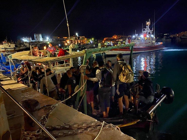 مهاجرون يهبطون في لامبيدوزا. المصدر: أنسا / كونشيتا ريتسو.