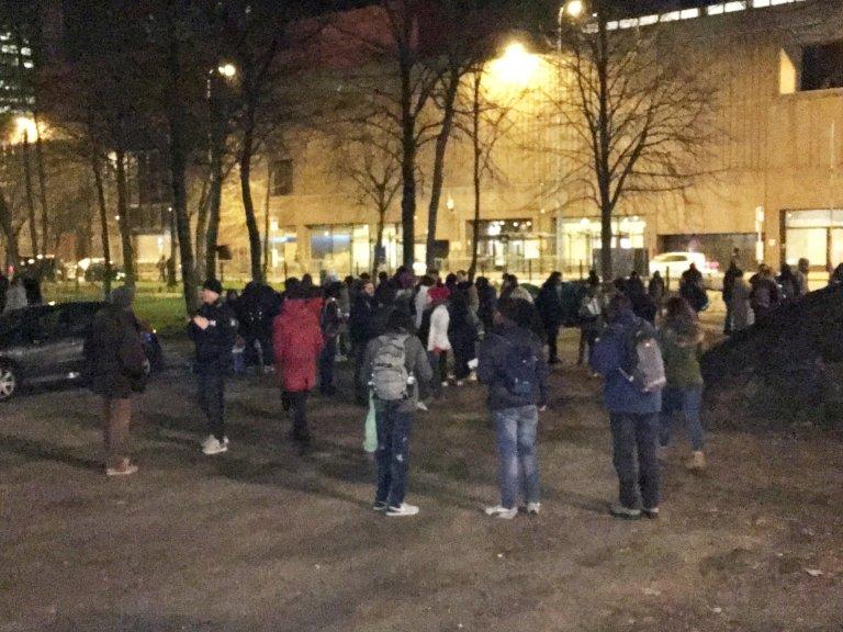 Des migrants lors d'une distribution de nourriture près du parc Maximilien, à Bruxelles (image d'archive). Crédit : InfoMigrants