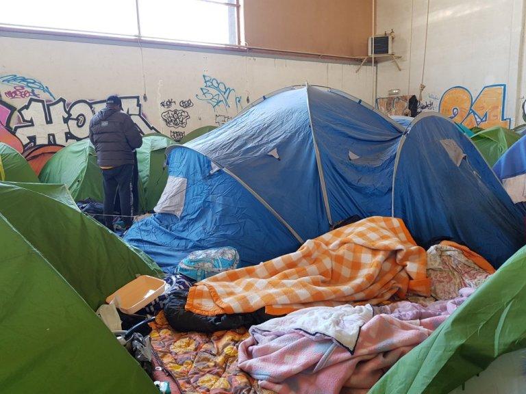 مهاجرون في قاعة رياضة في فرنسا. مهاجر نيوز