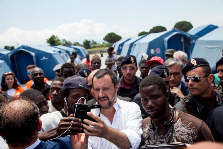 ansa/وزير الداخلية الإيطالي ماتيو سالفيني خلال زيارة لمخيم يستضيف عمالا مهاجرين أثناء فترة حصاد الحمضيات في حقول جيويا تاورو في كالابريا. المصدر: أنسا/ ماركو كوستانتينو