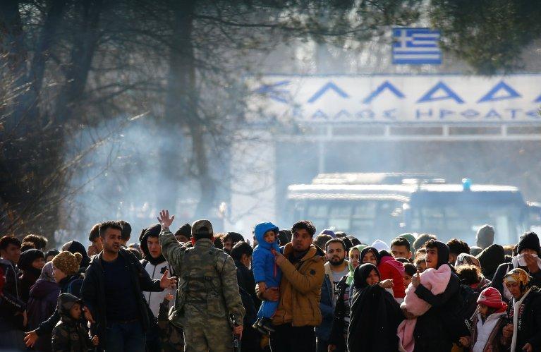 Des migrants attendent au poste de frontière turco-grec de  Pazarkule, au sud d'Edirne, le 28 février 2020. Crédit : Reuters.