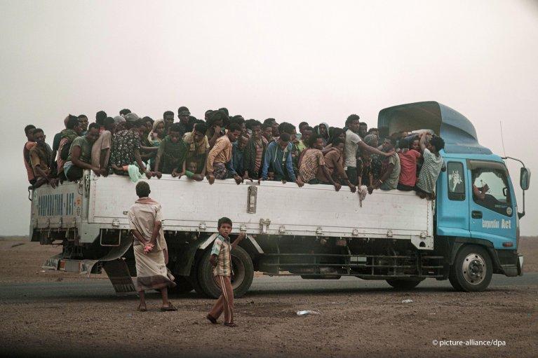مهربون ينقلون مهاجرين بواسطة شاحنة إلى سجن في جنوب غرب اليمن