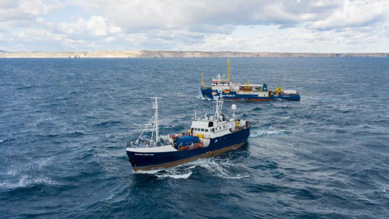 """Le navire Albrecht Penck, au premier plan, a été rebaptisé """"Aylan Kurdi"""". Capture d'écran du compte twitter Sea-Eye"""