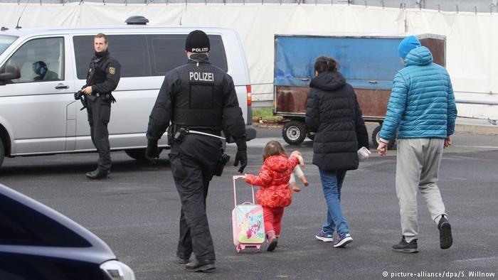اخراج یک خانواده مهاجر از آلمان