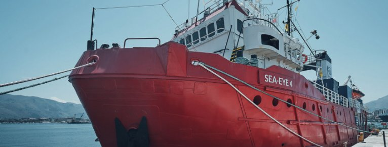 """سفينة """"سي آي 4"""" محتجزة في ميناء بوزالو الإيطالي. الصورة: Sea Eye"""