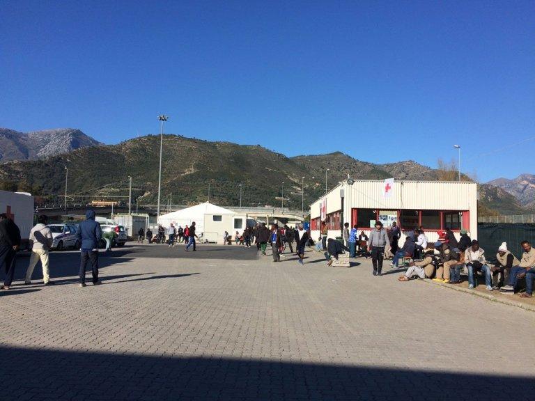 Près de la frontière française, le camp de transit pour migrants de la Roya, en périphérie de la ville italienne de Vintimille, a été placé en quarantaine, vendredi 18 avril (archives). Crédit : RFI