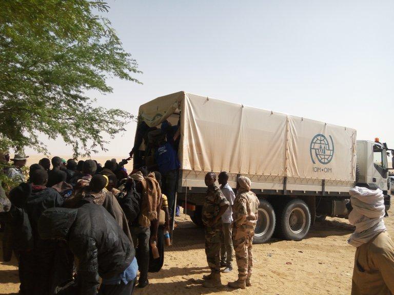 Un camion de l'OIM dans le désert du Ténéré lors d'une opération de sauvetage de migrants abandonnés par leur passeur. Crédits : OIM