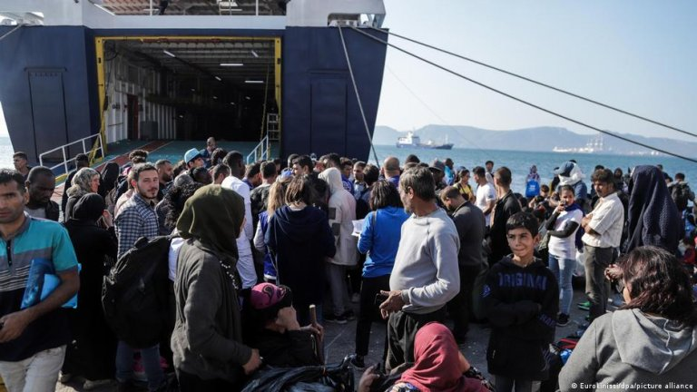 File photo: Migrants on a Greek island waiting to be transferred to the mainland | Photo: Eurokinissi/dpa/picture-alliance