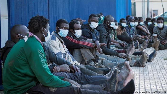 Image d'archives de migrants venant d'arriver à Melilla après avoir franchi la clôture. Crédit : Reuters
