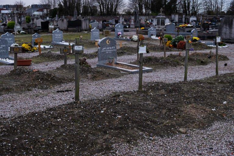 في ساحة دفن المسلمين، في مقبرة كاليه الشمالية ، وضع على بعض القبور أرقاما فقط للتعذر عن معرفة هوية المتوفين. المصدر: فرانسوا داميان بورجري
