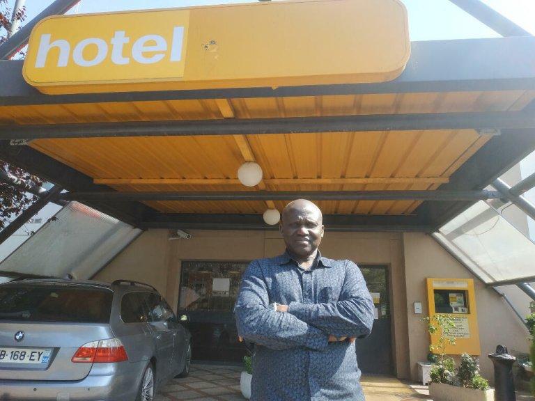El Hadji Gora Diop pose devant son hôtel à Roubaix. Crédit : RFI/Alexis Bedu