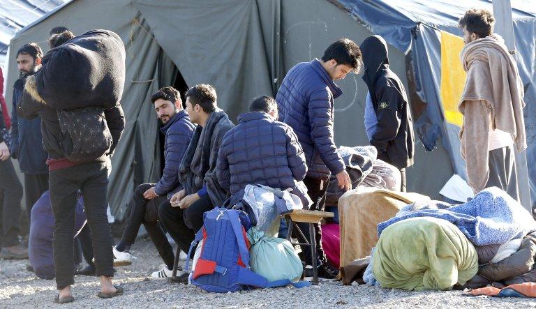 مهاجرون في مخيم ليبا بمدينة بيهاتش في البوسنة والهرسك. المصدر: إي بي إيه/ فهيم دامير