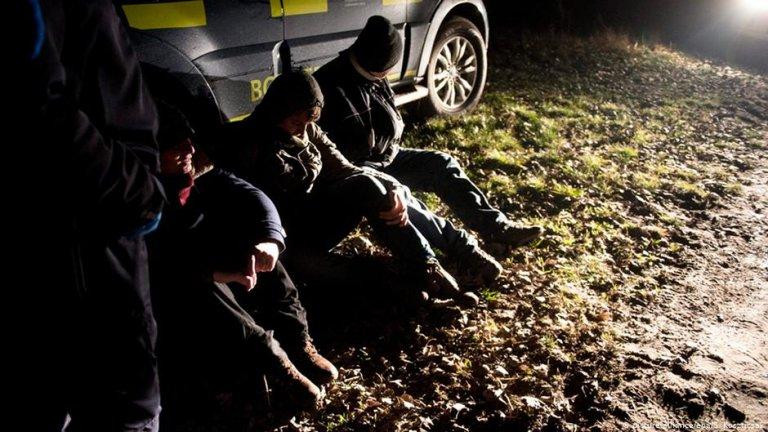 گروهی از پناهجویان افغان که توسط پولیس مجارستان بازداشت شده اند.