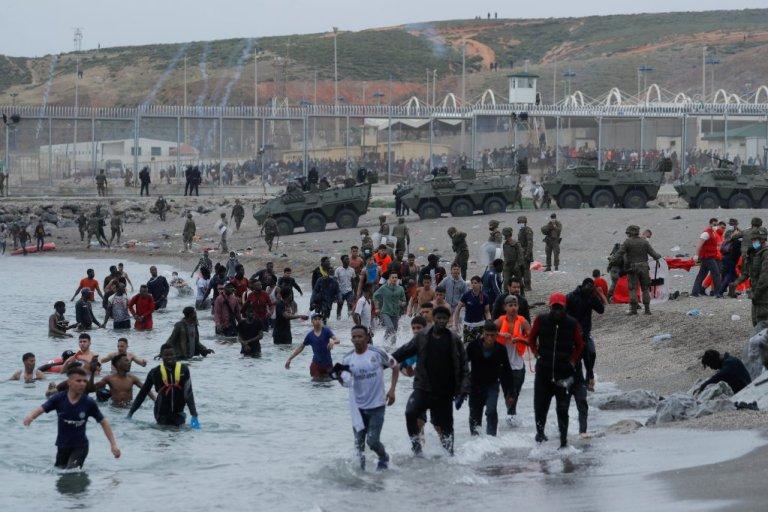 مئات المهاجرين يعبرون الحدود بين سبتة والمغرب. 18 أيار/مايو 2021. المصدر: رويترز