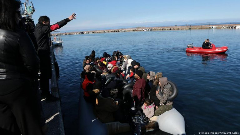 A boat full of migrants from Turkey is turned away by local people at the port of Thermi, on the island of Lesvos, Greece | Photo: Imago Images/Xinhua/M.Lolos