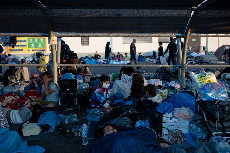 د سپټمبر ۱۱مه: تر اور لګېدنې وروسته مهاجرو د یو سوپرمارکېټ پارکېنک ته پناه وړې ده. کرېډېټ: رویترز، الکیس کنستانتینیدیس
