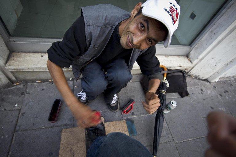 ANSA / مهاجر مغربي يعمل ماسح أحذية في روما، وتلك كانت مهنته أيضا في المغرب. المصدر: أنسا / ماسيمو بيروسي.