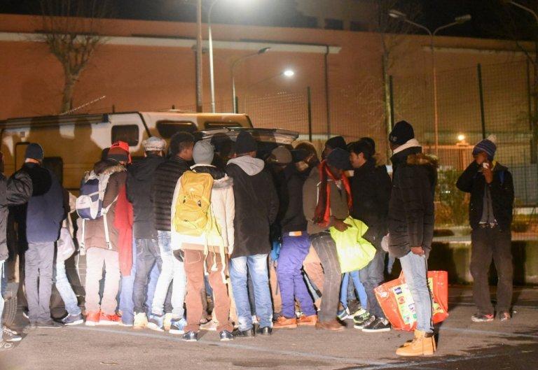 متطوعون يوزعون الطعام على مهاجرين في فانتيمي/ مهدي شبيل