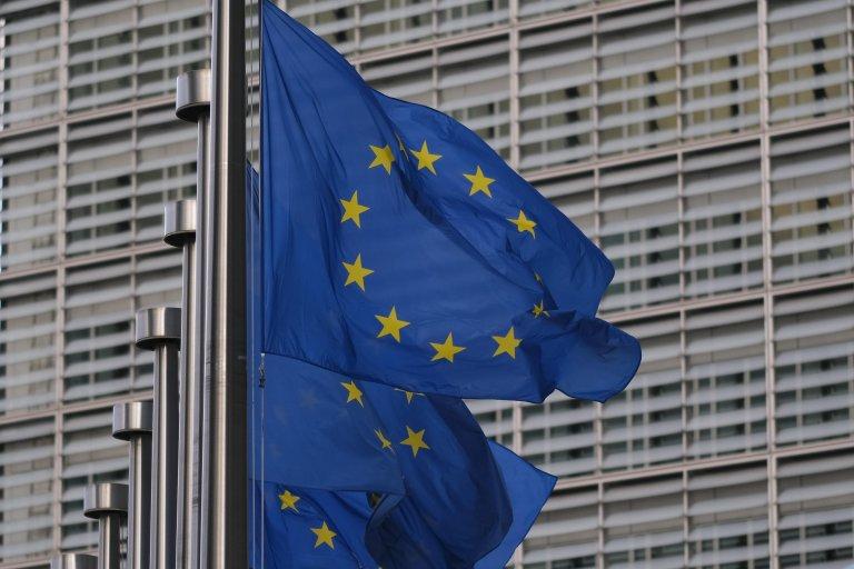 أعلام الاتحاد الأوروبي أمام مقر المفوضية الأوروبية في بروكسل. المصدر: إي بي إيه / جولين وارناند.