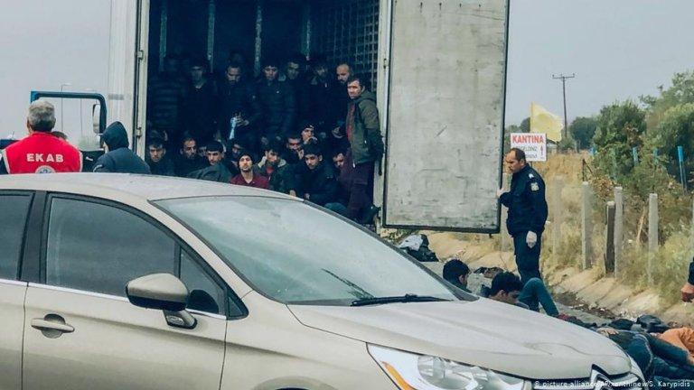 (عکس: ارشیف)/پولیس ۴۱ مهاجر را از یک لاری یخچالی پیدا کرد. ۴ نومبر/عکس: picture-alliance/AP/xanthinew/S. Karypidis
