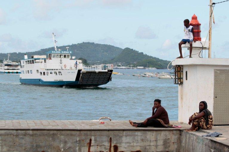 Un bateau entrant dans le port de Dzaoudzi, à Mayotte, le 31 mars 2012. Crédit : Reuters
