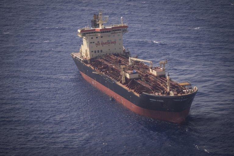 Le pétrolier danois Maersk Etienne attend depuis plus de trois semaines de pouvoir débarquer 27 migrants secourus en mer Méditerranée. Crédit : Kai von Kotze/Sea-watch.org