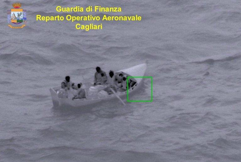 المهاجرون الذين اعترضتهم قوات الشرطة المالية بالقرب من سواحل سردينيا. المصدر: الشرطة المالية الإيطالية.