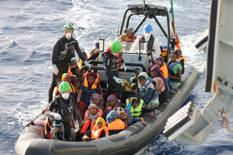 """أفراد من الأسطول الإيرلندي على متن سفينة الدورية """"صامويل بيكيت"""" أثناء عملية لإنقاذ المهاجرين في البحر المتوسط شمال العاصمة الليبية طرابلس في 21 تشرين الأول/ أكتوبر 2016. المصدر: إي بي إيه/ قوات الدفاع الأيرلندية."""