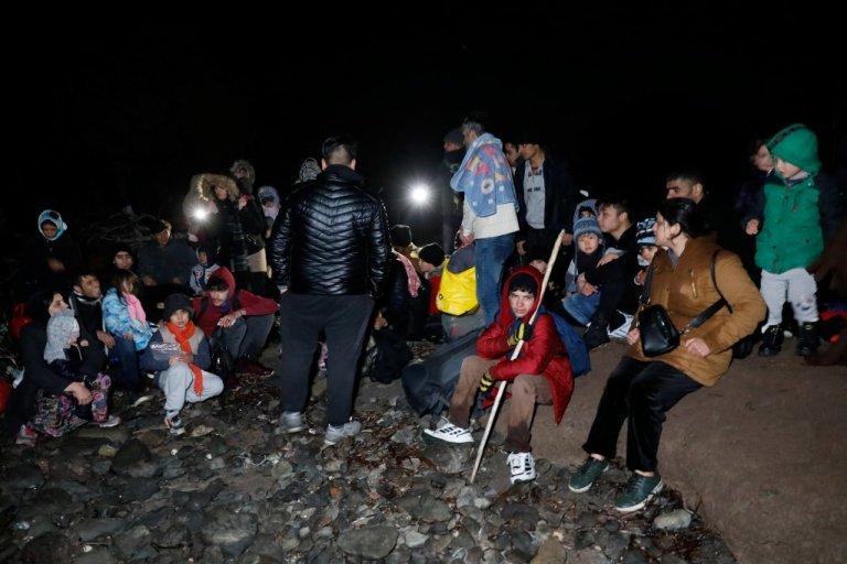 گروهی از مهاجران افغان اندکی بعد از ورود به جزیره لیسبوس، ١٦ اکتوبر ٢٠٢٠. عکس از رویترز