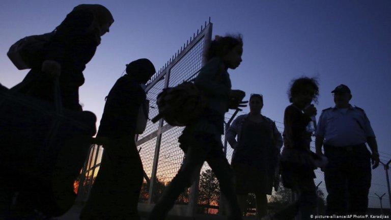 مهاجرون يدخلون إلى مخيمهم  في قبرص. المصدر: أليانس