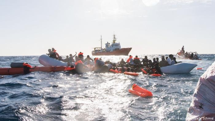 picture-alliance/dpa/L. Schmid |سفينة الانقاذ أكواريوس أمام السواحل الليبية