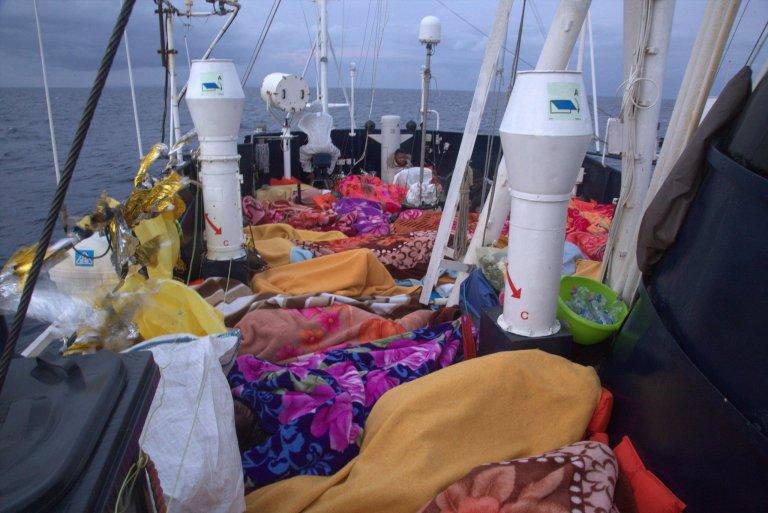 أغطية مهاجرين على متن سفينة آلان كوردي. المصدر: منظمة سي آي