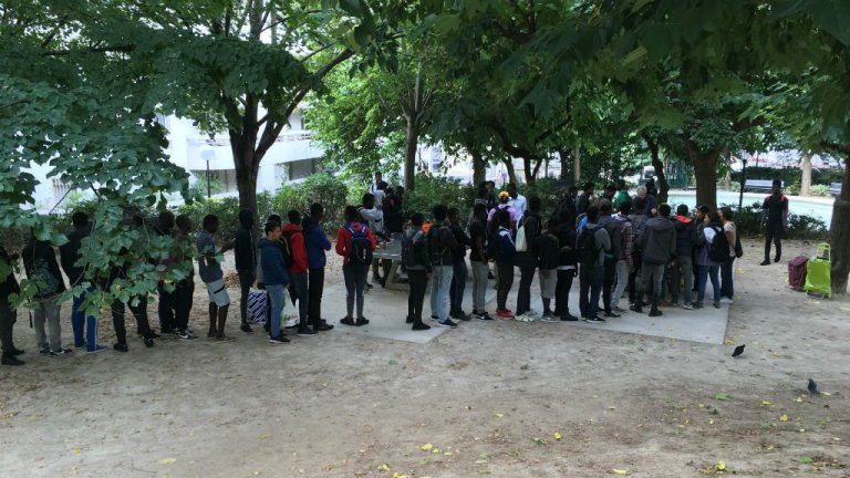 A distribution of meals for migrant minors at Midis du Mie. Credit: InfoMigrants