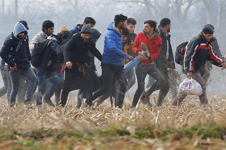 Migrants carry an injured man near Pazarkule in Turkey, March 4, 2020 | Photo: Reuters/H. Aldemir