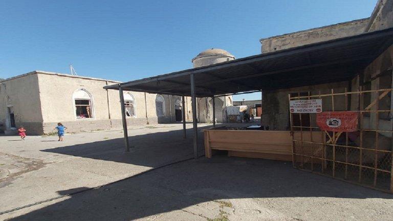 مركز إيواء غير رسمي في جزيرة رودس في اليونان.