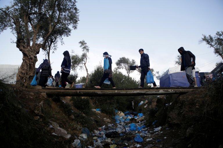 Des migrants près du camp de Moria, à Lesbos. Crédit : Reuters