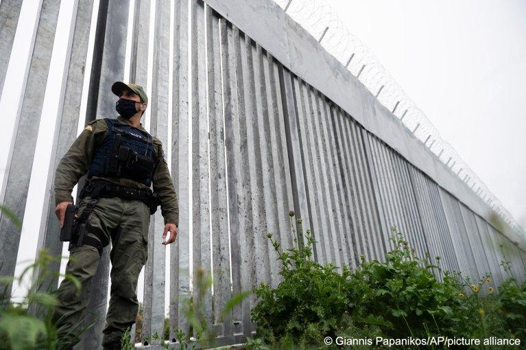 Un policier à la frontière entre la Turquie et la Grèce, près du fleuve Evros. Crédit : Picture alliance