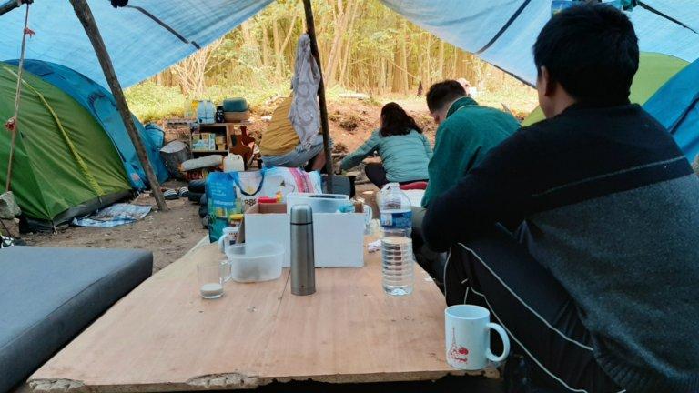 Quelque 400 demandeurs d'asile tibétains vivent sous des tentes dans un camp à Achères, en région parisienne, depuis août. Photo : InfoMigrants