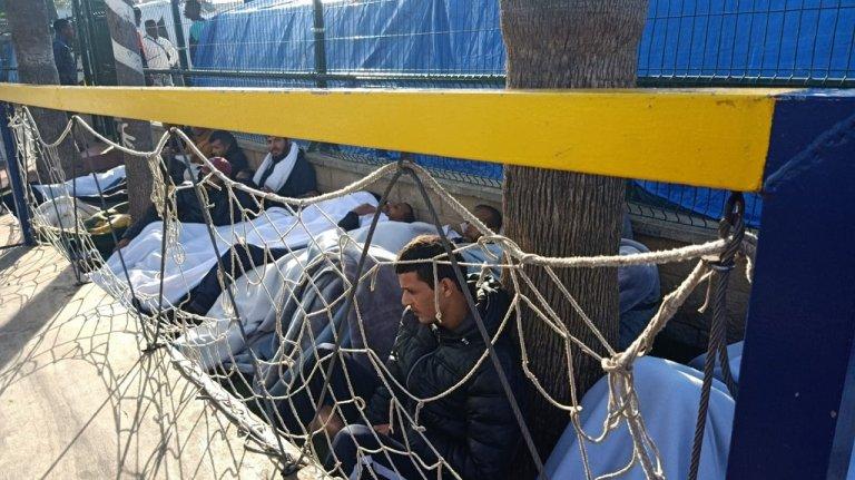بعض من المضربين عن الطعام يفترشون الأرض قبالة ساحة المركز، 29 كانون الثاني/يناير 2020. الصورة أرسلها لنا مهاجر من داخل المركز