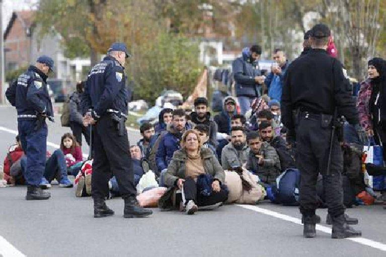 Bosnian police officers preventing migrants to cross the border in Izacici near Bihac, on Bosnia's border with Croatia. Credit: ANSA/AP/AMEL EMRIC